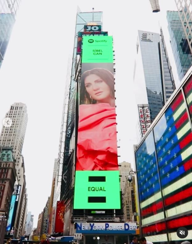 Sibel Can New York Times Square'de! Spotify'a teşekkür etti