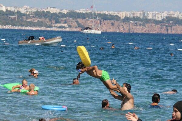 Antalya'da sıcaklık 30 dereceyi buldu! Turistler plajlara akın etti