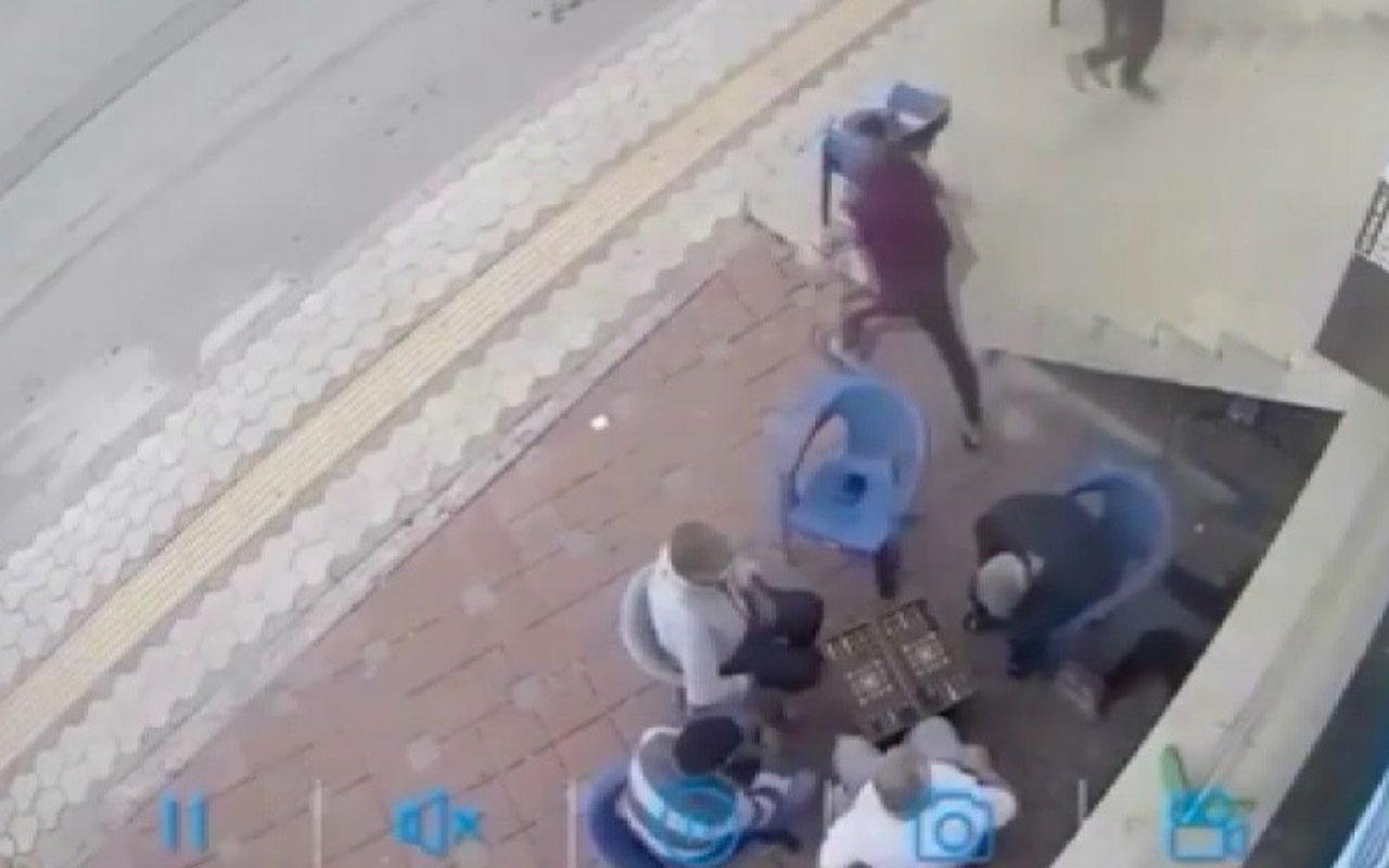 Kaçan kadın tavla oynayanlara sığındı satırlı saldırgan onların yanında defalarca vurdu hepsi izledi