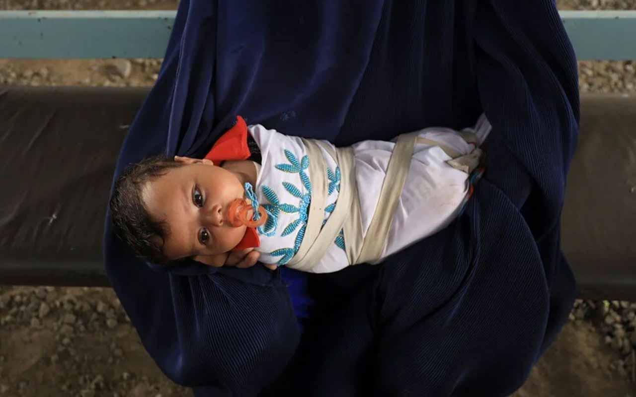 Afganistan'da insanlık dramı! Açlıktan ölmemek için 500 dolara bebeklerini satıyorlar!